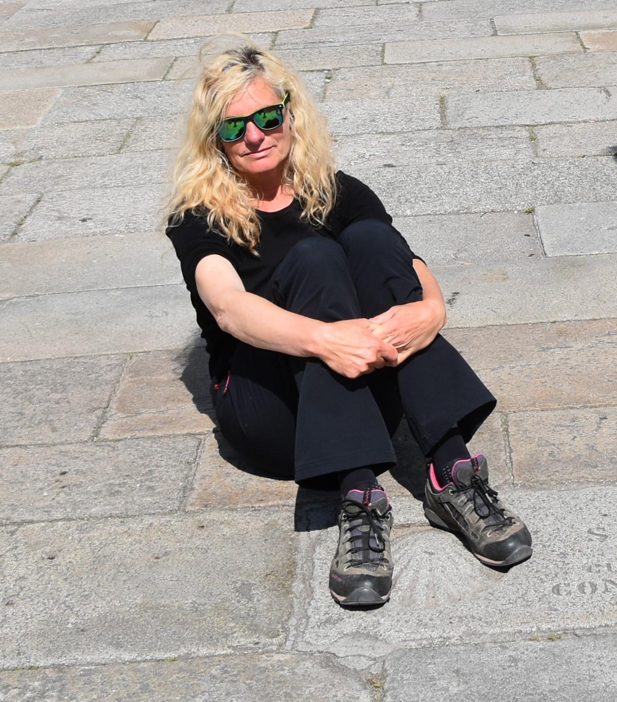 Z nogami na Jakobovi školjki pred katedralo v santiagu